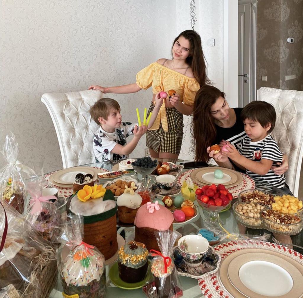 Пасхальные открытки Оли Поляковой, Алины Байковой и других светских героев