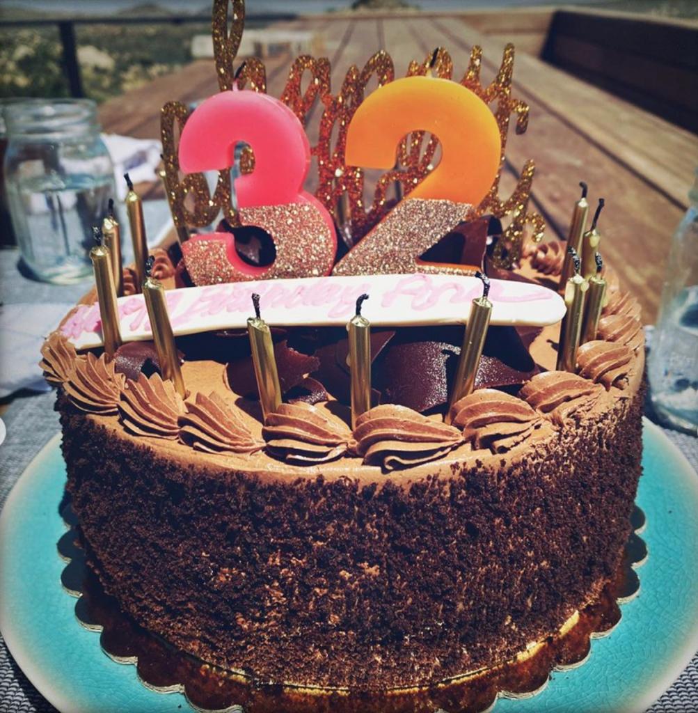 Іменинний торт та обійми Бена Аффлека: як Ана ді Армас вiдсвяткувала 32-річчя