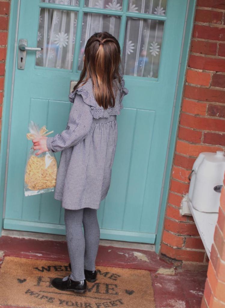 Мамина помощница: свежие фото принцессы Шарлотты в честь 5-летия
