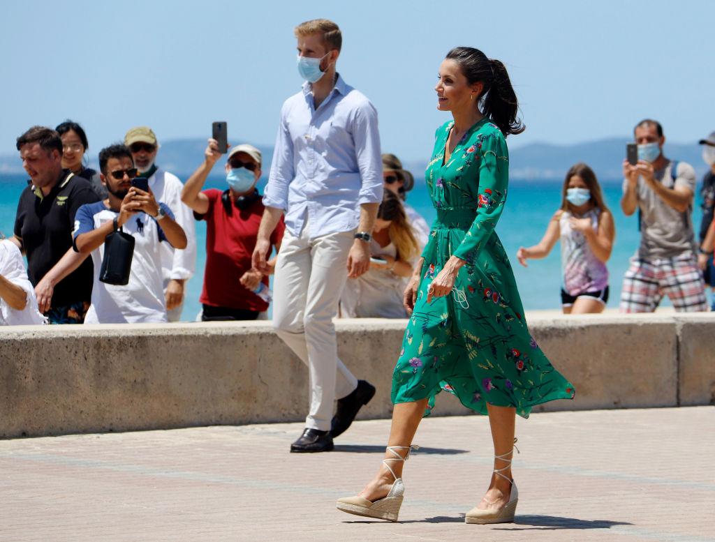 Прошлогодний образ и платье Zara за $26: гардероб королевы Летиции в первом официальном туре после карантина