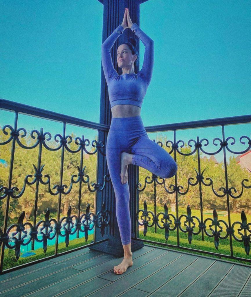День йоги: 15 примеров светских практикующих