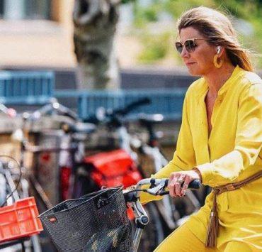 Ближе к народу: королева Нидерландов приехала в музей на велосипеде
