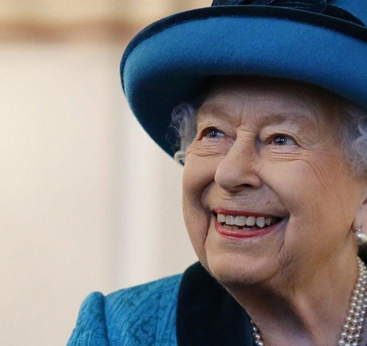 Технологии на службе у королевы: Елизавета II впервые самостоятельно вышла в Zoom