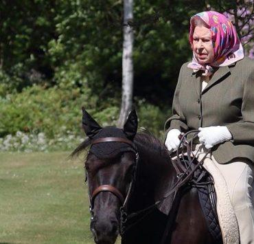 Карантинные развлечения: прогулка королевы Елизаветы II верхом на пони