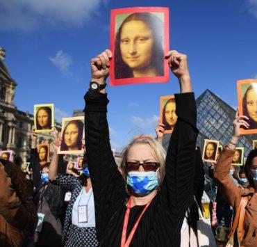 Кадр дня: флешмоб на порозі Лувру у день відкриття