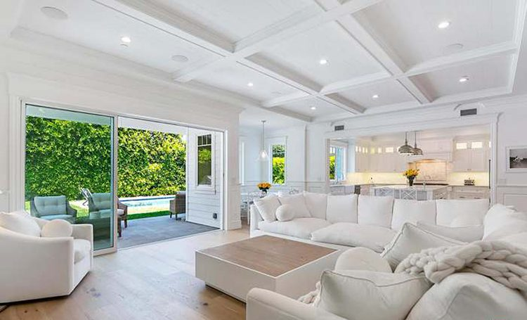 Просто белоснежный: особняк Дакоты и Эль Фаннинг в Лос-Анджелесе