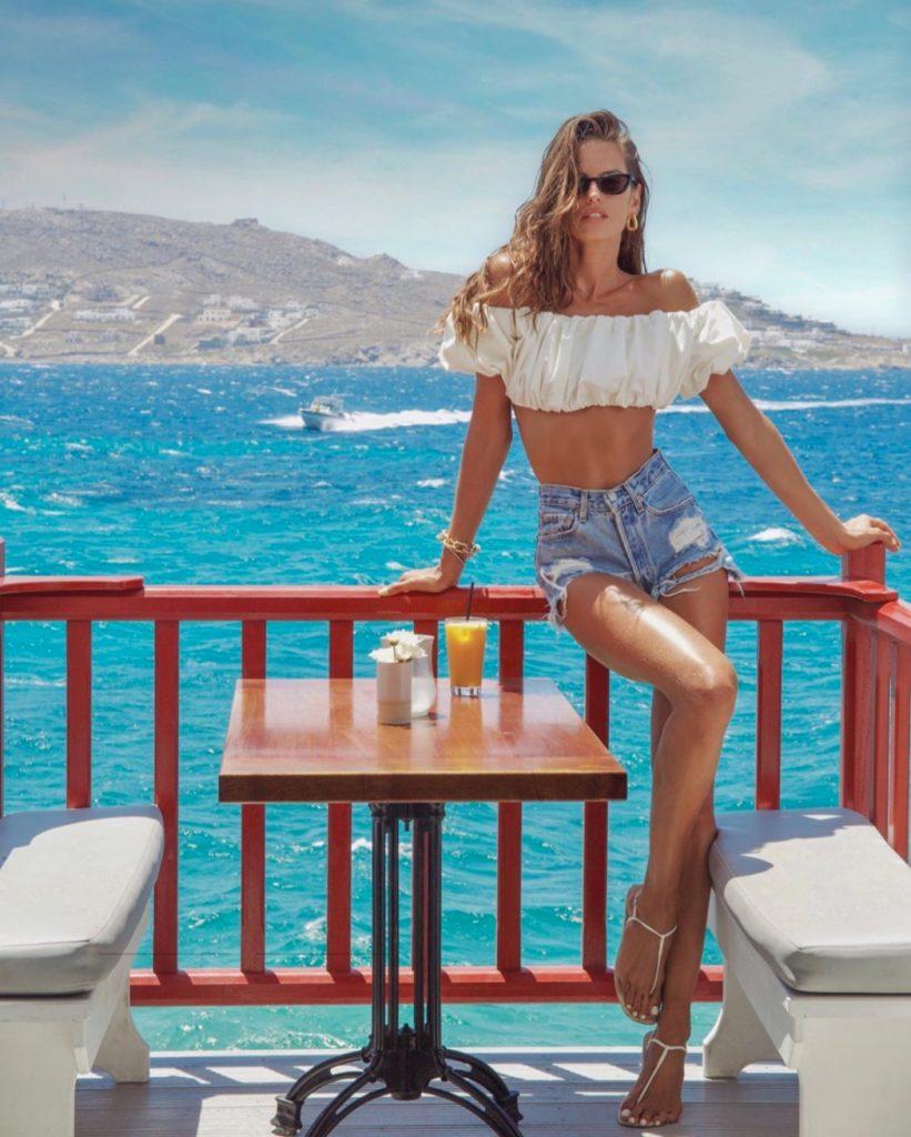 Минутка мотивации: яркие каникулы Изабель Гулар на Миконосе