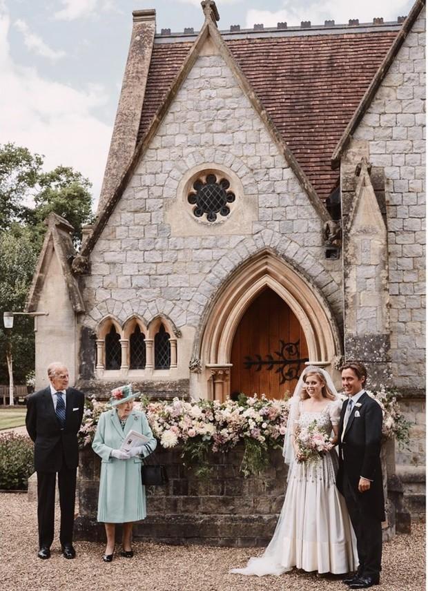 Фото дня: первые кадры с тайной свадьбы принцессы Беатрис и Эдоардо Мапелли Моцци