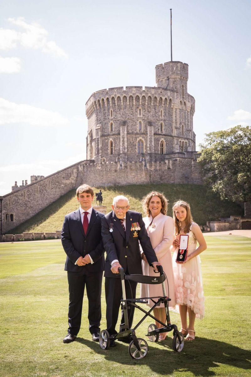 Елизавета II посвятила в рыцари 100-летнего ветерана, собравшего 32 млн фунтов для медиков