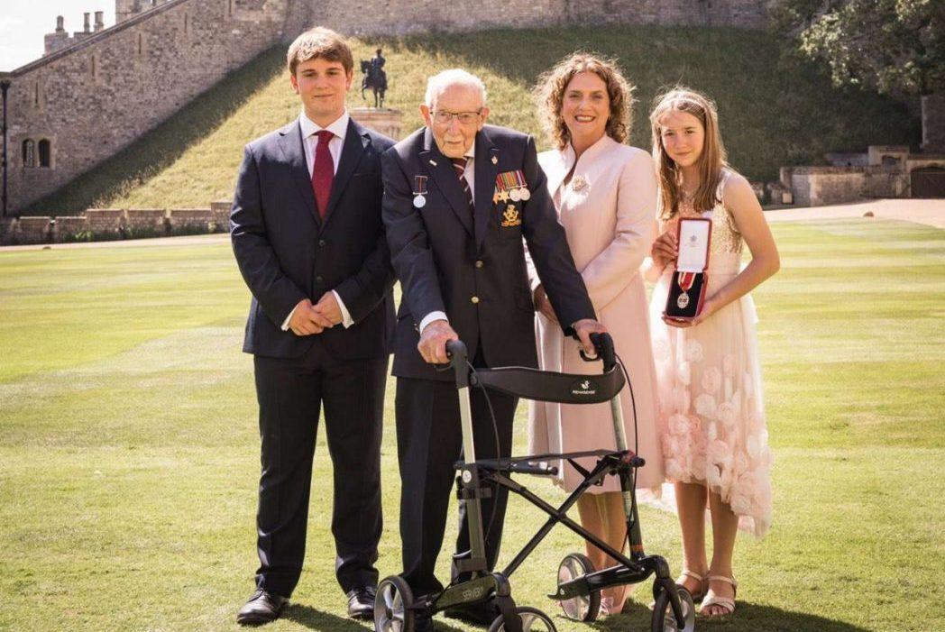 Єлизавета II посвятила в лицарі 100-річного ветерана, який зібрав 32 мільйонів фунтів для лікарів