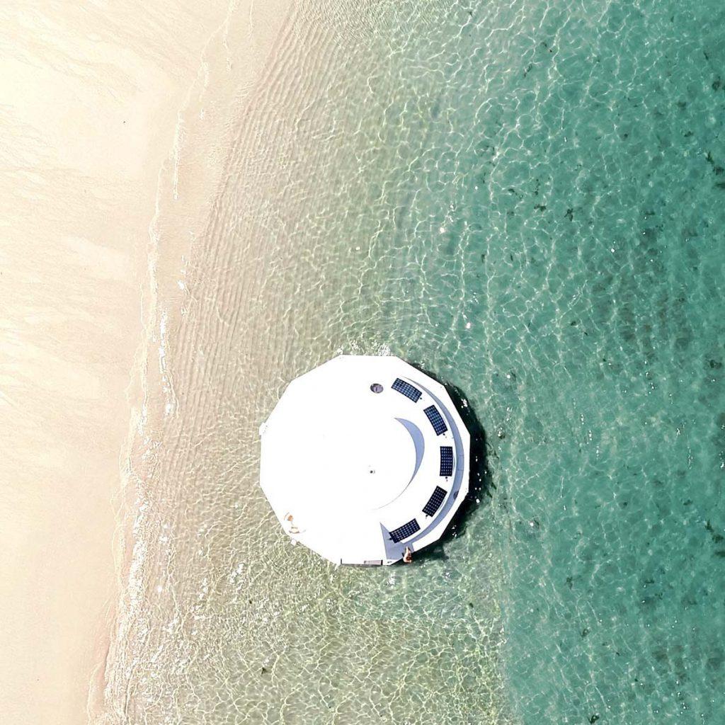 Вдохновленный Бондом: первый в мире плавучий экоотель Anthénea
