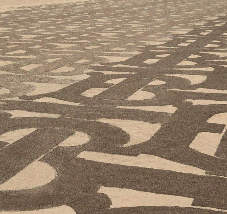 Burberry покрыли песчаные дюны Дубая своей монограммой