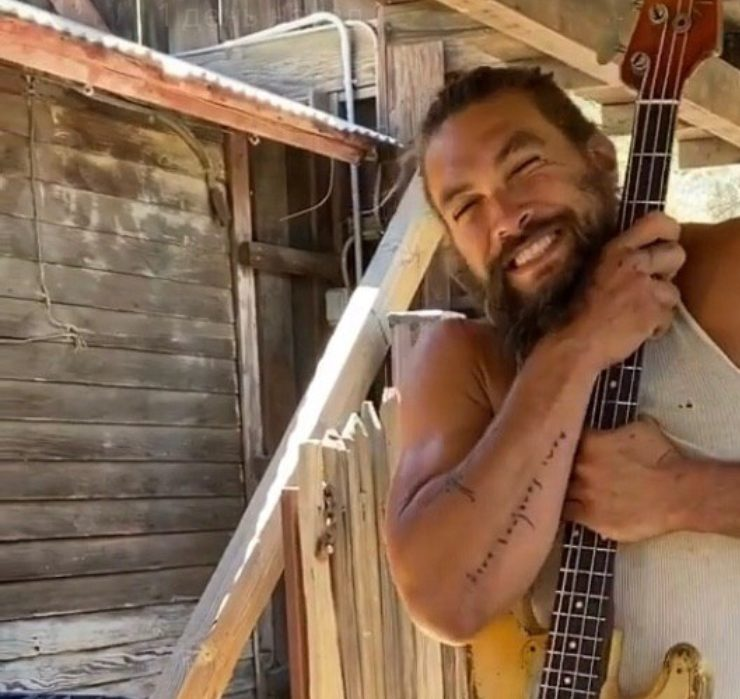 Видео дня: Джейсон Момоа радуется подарку к 41-летию