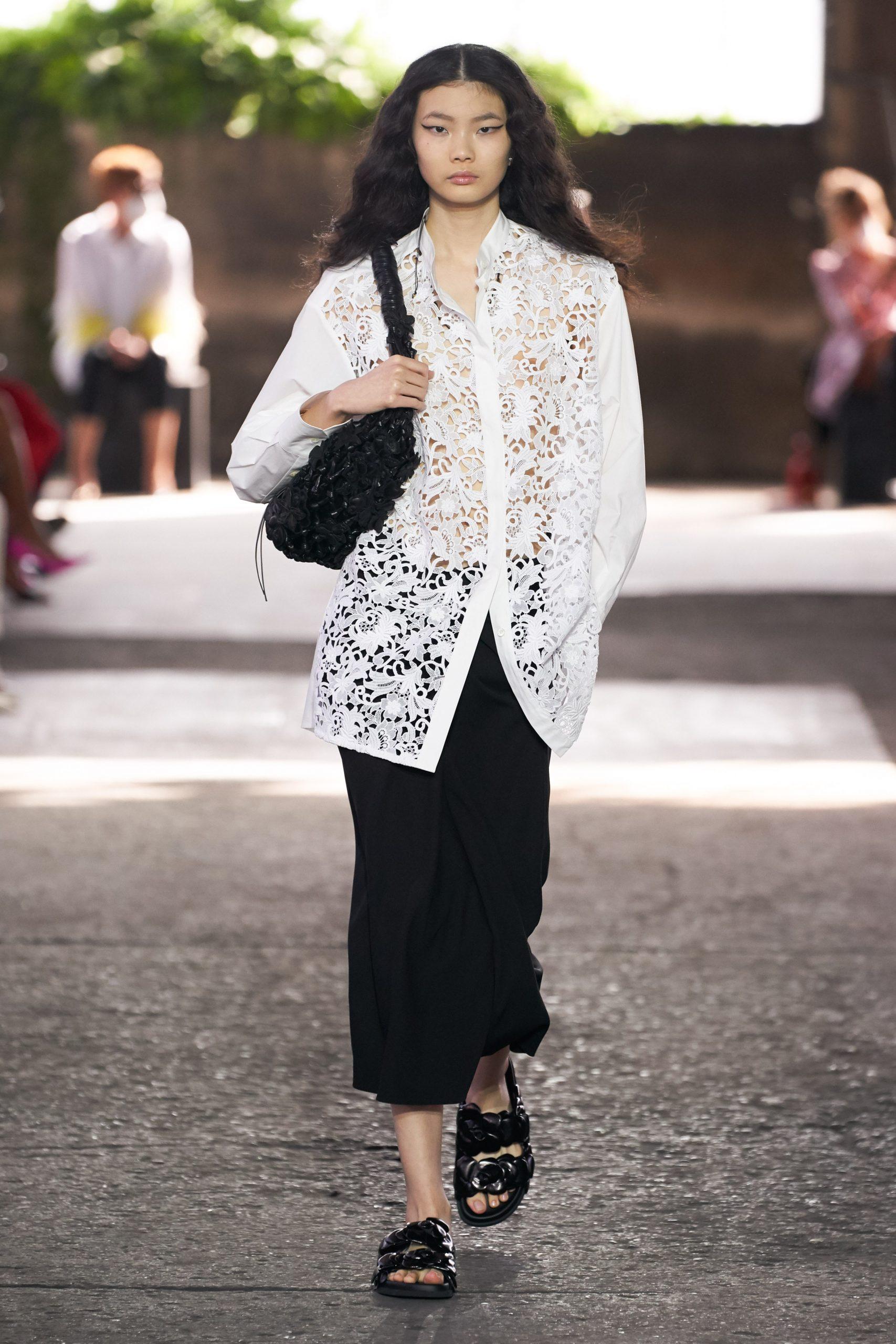Конфетно-букетный период: полупрозрачные платья, сарафаны с бахромой и вязаные топы в коллекции Valentino SS 21