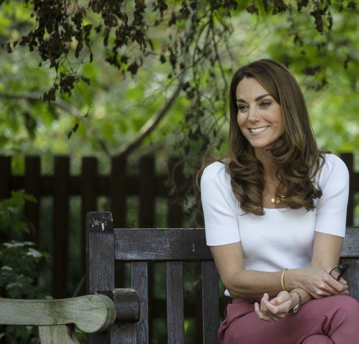 Кейт Миддлтон в брюках и кедах на встрече с волонтерами в Баттерси-парке