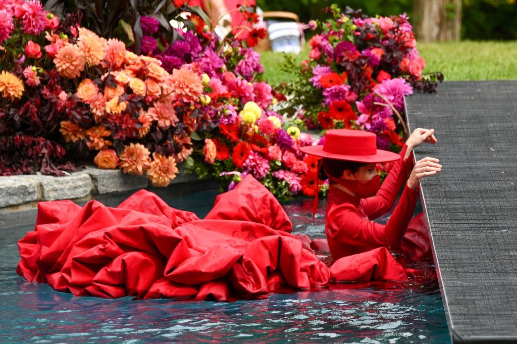 Шляпы с призывом «Vote» и беременная Коко Роша в бассейне: как прошел показ Christian Siriano