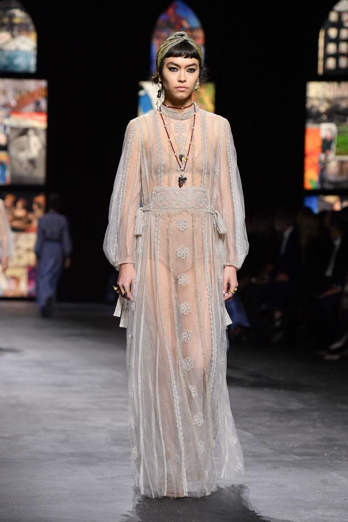 Розслаблені силуети, вітражі та жіночий хор на показі Dior SS 2021