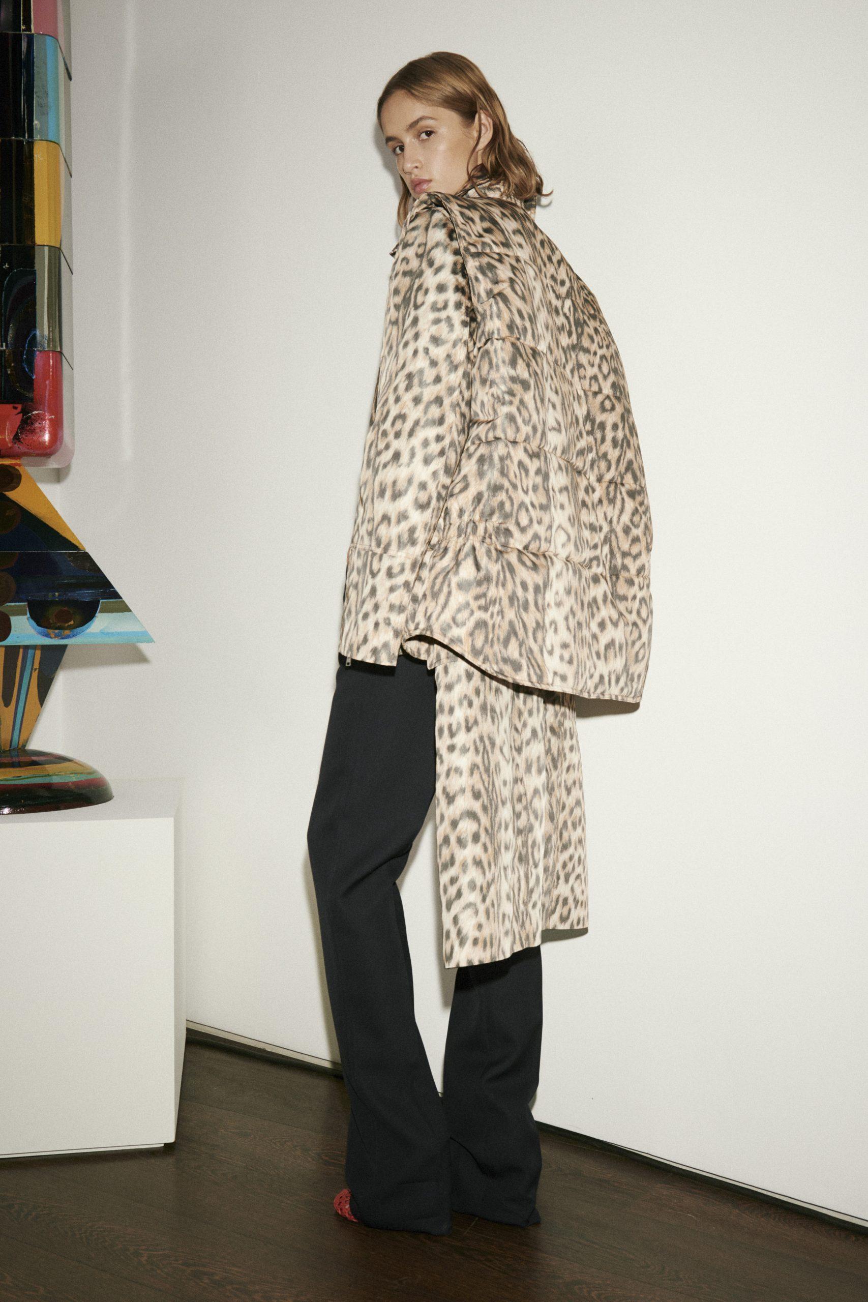 Виктория Бекхэм представила новую коллекцию в духе 70-х. Из гостей — только муж и дети