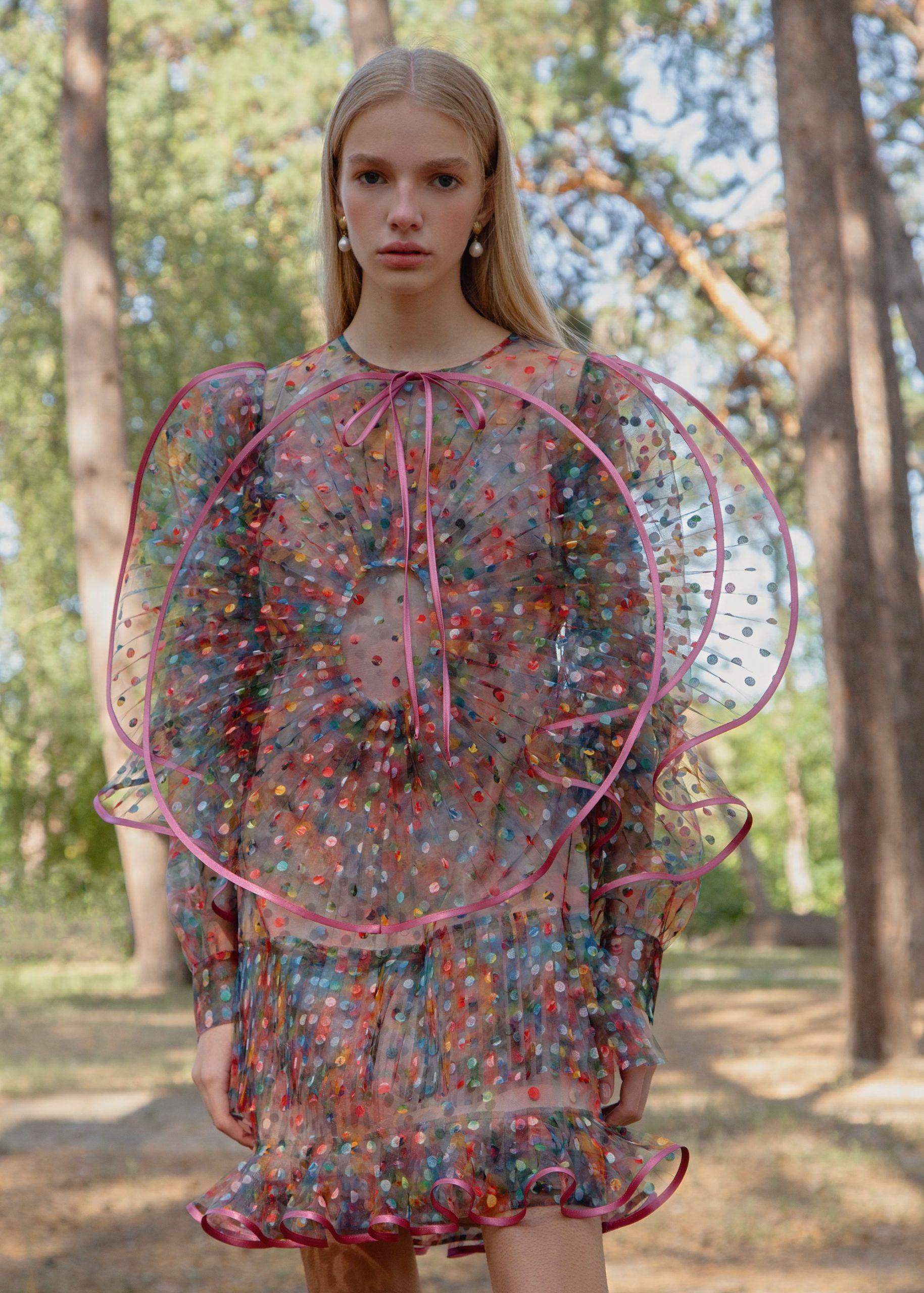 Платья-медузы с плиссированной органзой, блузки с пышными рукавами и мини-юбки в коллекции Nadya Dzyak SS 2021