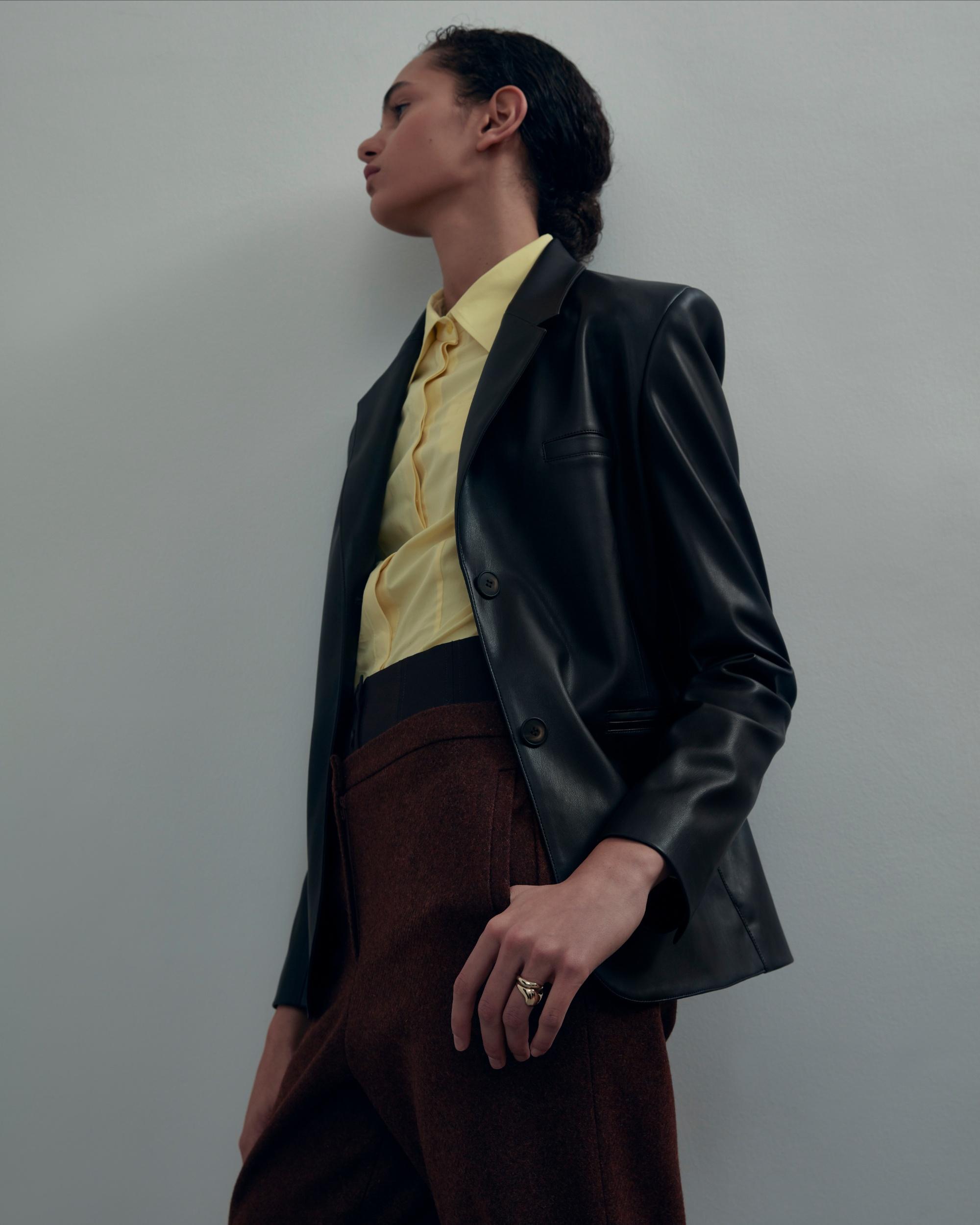 Яскраві жилети в дусі 70-х, корсети і брючні костюми в новій колекції Olēnich