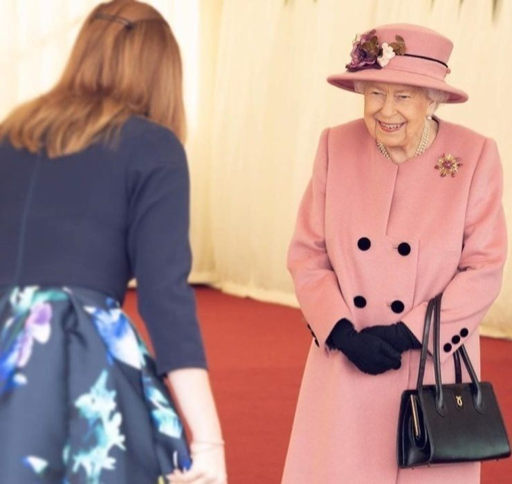 Королева Елизавета II впервые за весь карантин появилась на публике