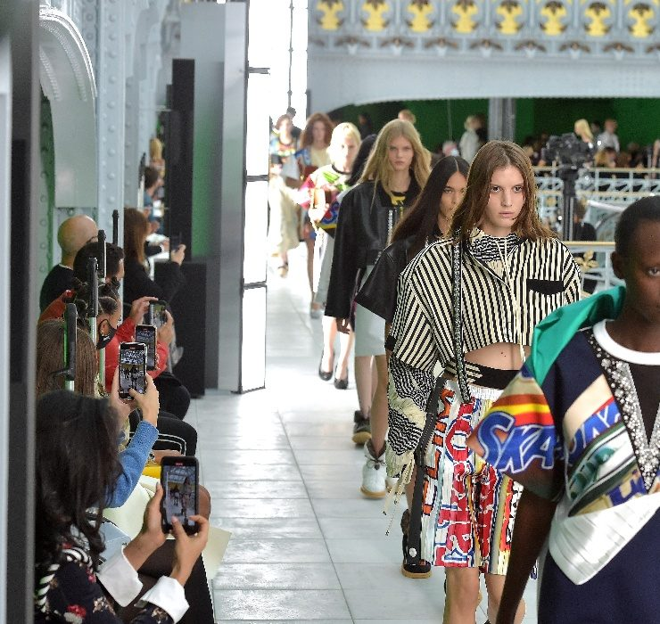 Хромакей, политические призывы и пайетки на показе Louis Vuitton SS 2021