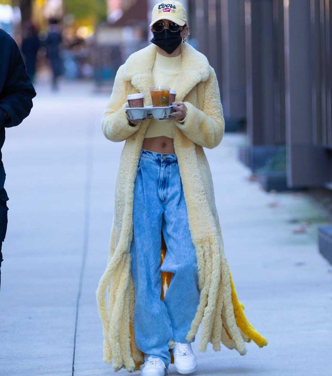 Носії: Гейлі Бібер в джинсах Natasha Zinko