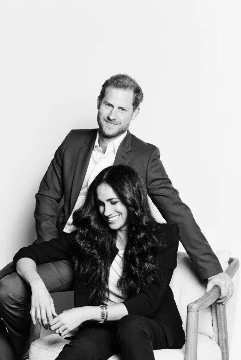 До проєктування кращого світу готові: принц Гаррі і Меган Маркл представили перший офіційний портрет після «мегзіта»