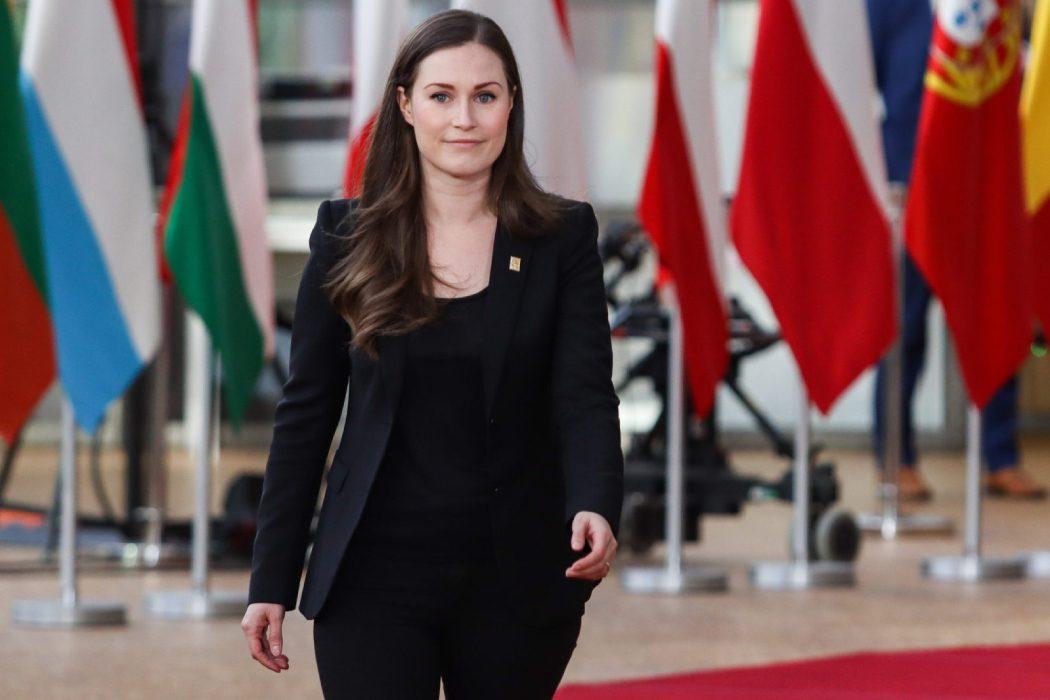 Премьер-министр Финляндии Санна Марин взорвала общественность съемкой в пиджаке на голое тело