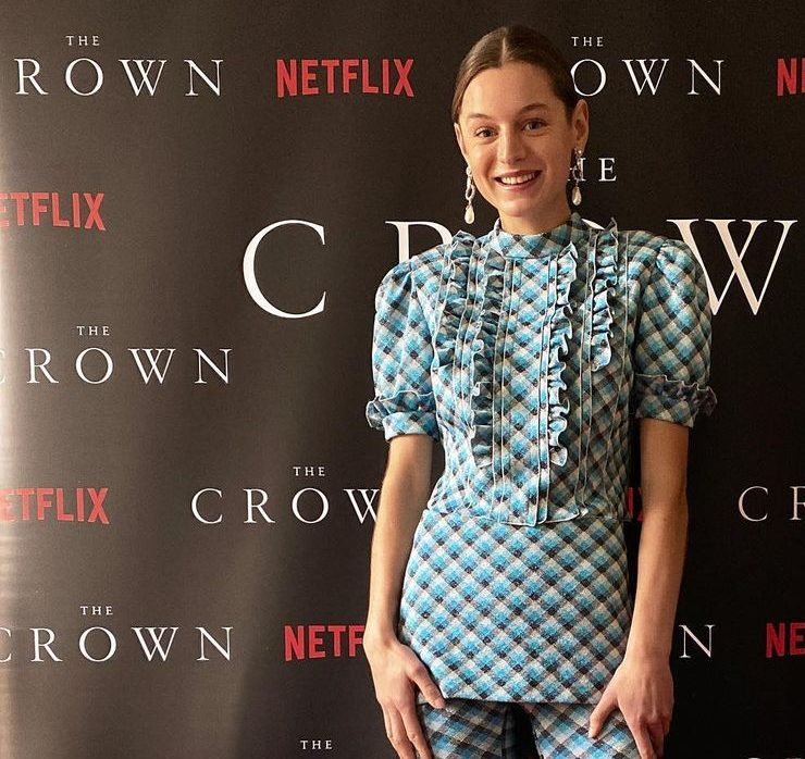 Эмма Коррин и Джиллиан Андерсон на онлайн-премьере четвертого сезона сериала «Корона»