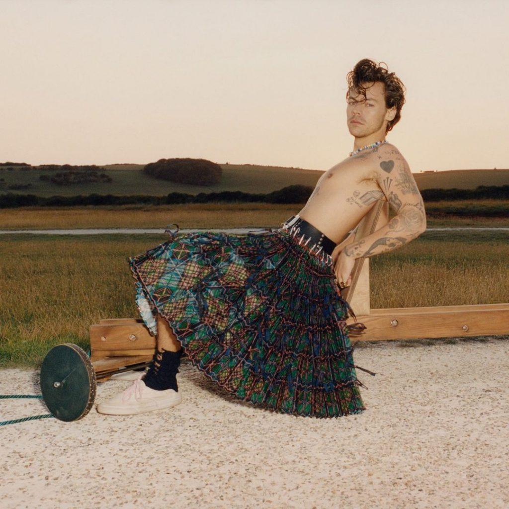 В кружевном платье и пышной юбке: новая фотосессия Гарри Стайлcа