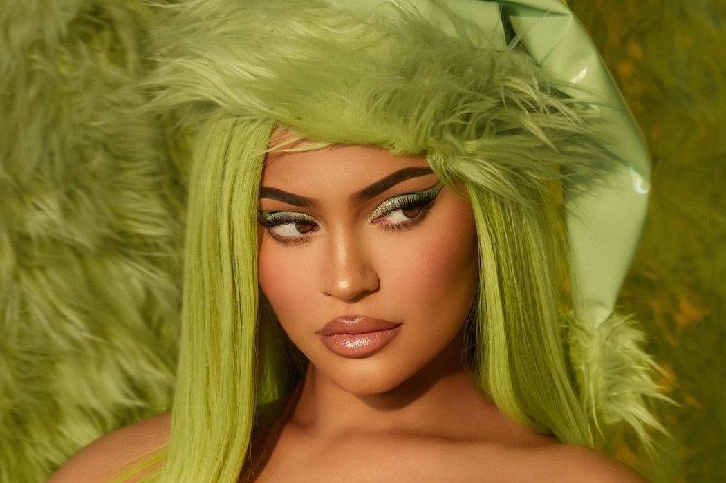 В стиле Гринча: новогоднюю коллекцию косметики Кайли Дженнер раскупили за несколько часов