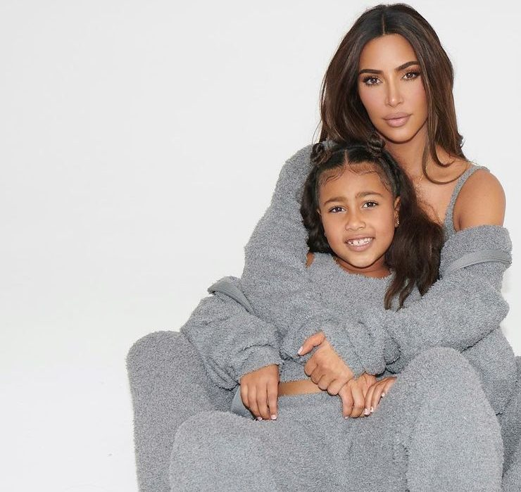 Семейный подряд: Ким Кардашьян с дочерьми снялась в фотосессии для собственного бренда