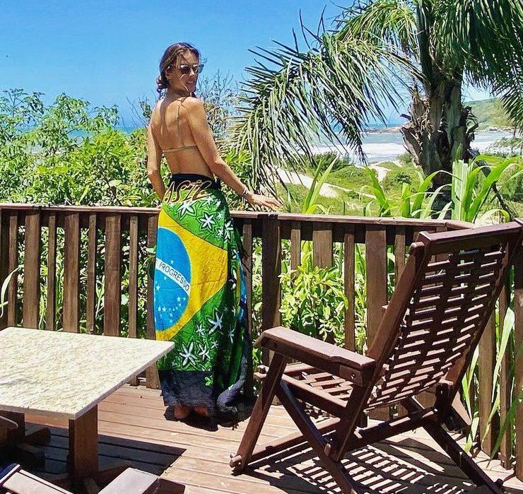 Алессандра Амбросіо насолоджується відпочинком на пляжі в Бразилії