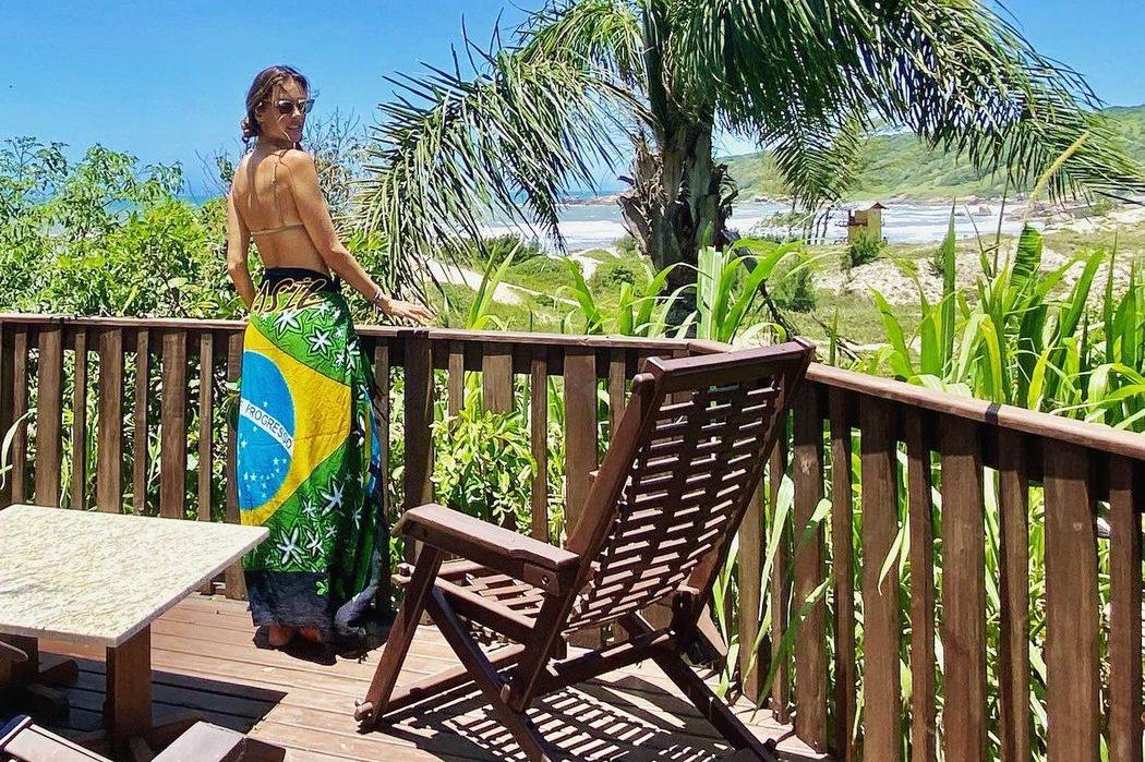 Алессандра Амбросио наслаждается отдыхом на пляже в Бразилии