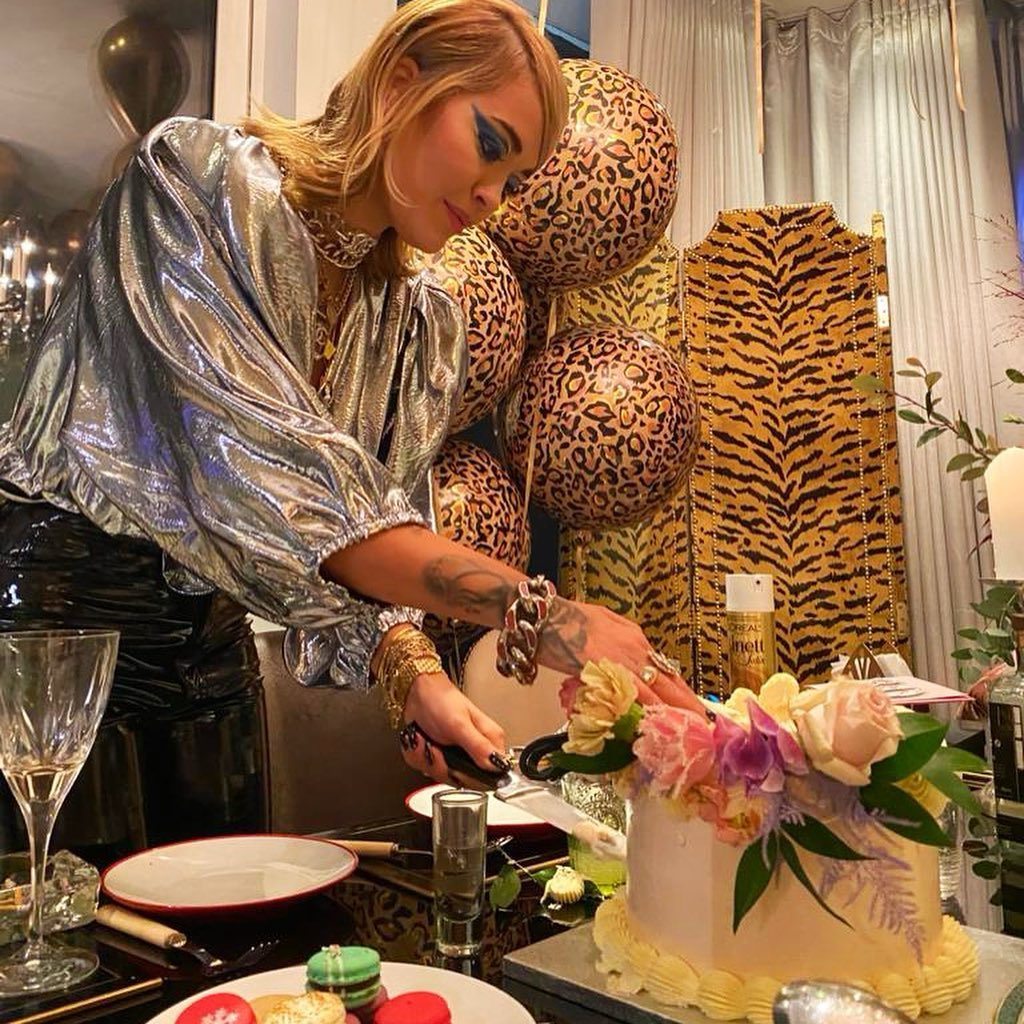 Трехъярусный торт и блестящий наряд: Рита Ора отпраздновала 30-летие