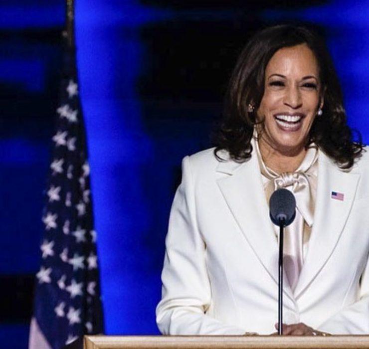 Выход в белом: Камала Харрис впервые выступила в должности вице-президента США