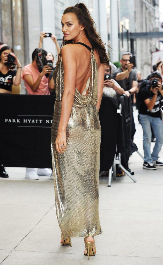10 лучших светских выходов Ирины Шейк в Versace