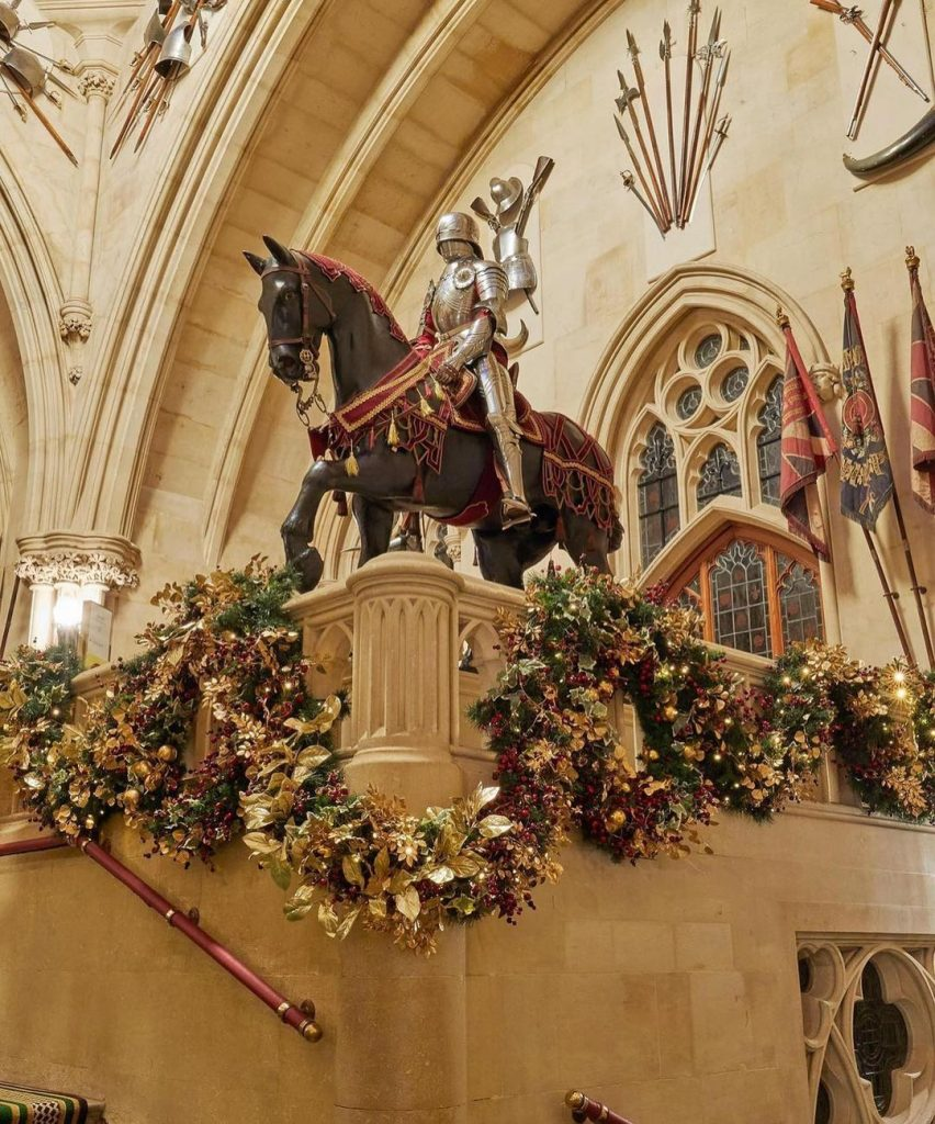 6-метровая ель и золотистые гирлянды: резиденцию Елизаветы II украсили к Рождеству