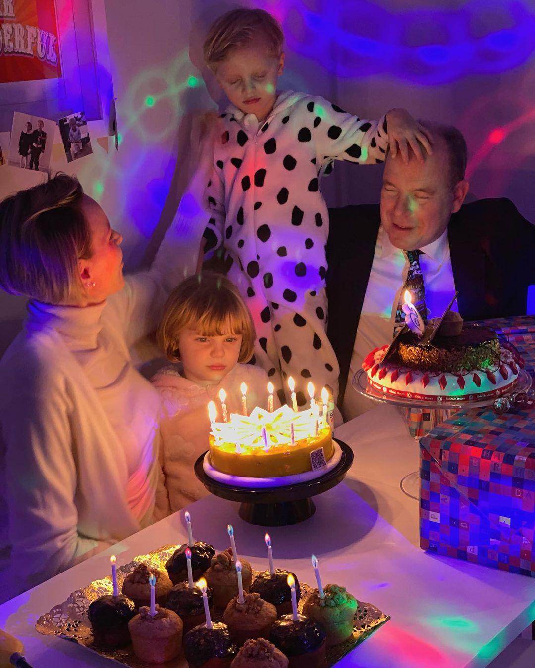У домашній обстановці: князь Альбер і княгиня Шарлін відсвяткували 6-річчя дітей