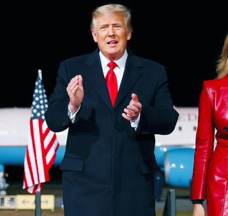 В кожаном пальто Alexander McQueen: Мелания Трамп поддержала Дональда на публичном митинге