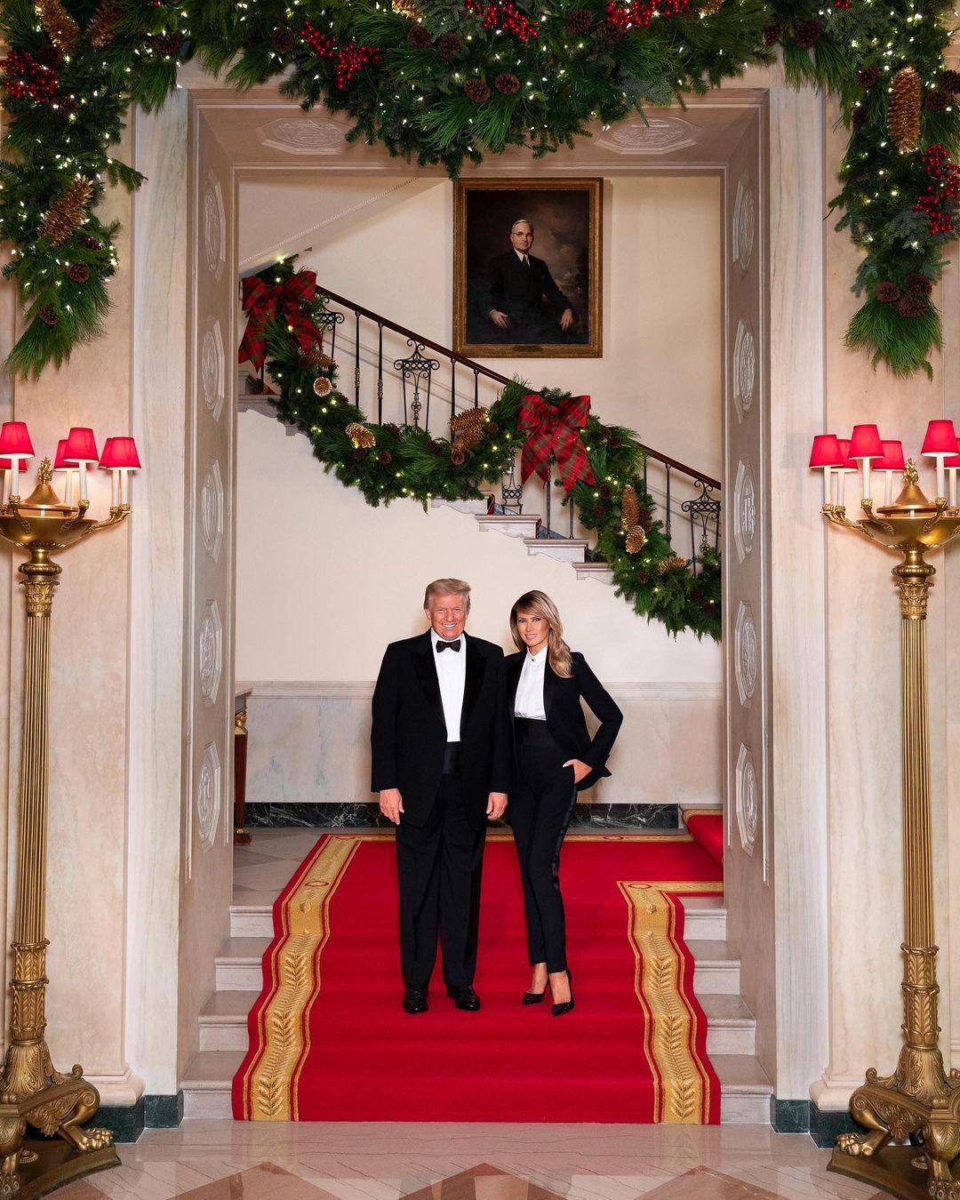 В одинаковых смокингах: Дональд и Мелания Трамп представили рождественскую открытку