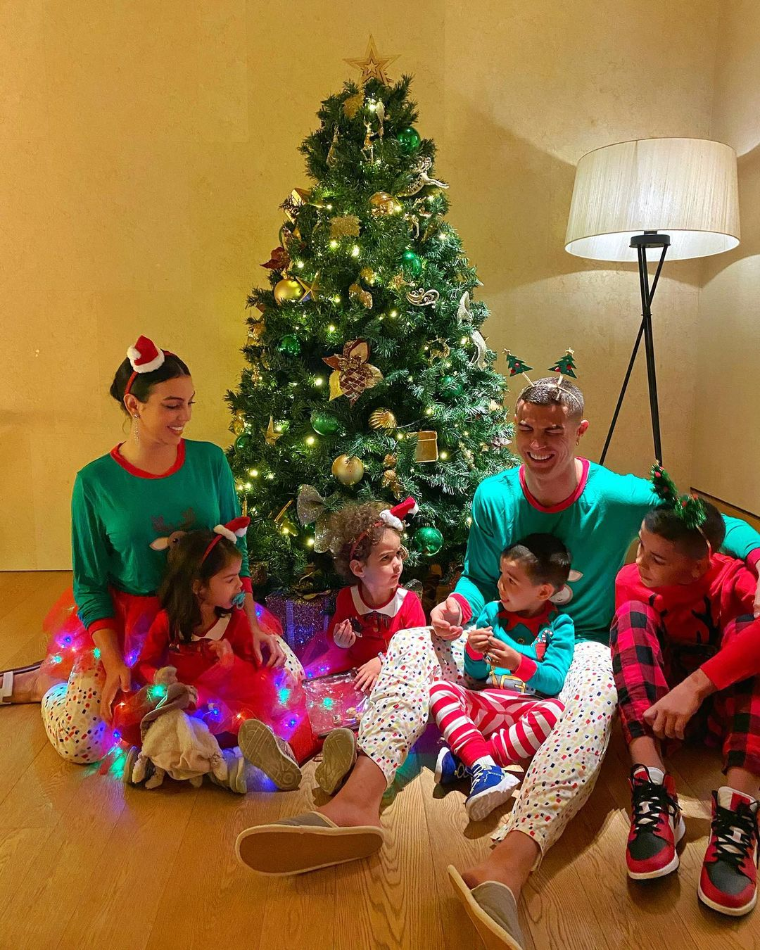 Різдво-2020: Джастін Бібер, Вікторія Бекхем, Кендалл Дженнер та інші зірки діляться сімейними фото