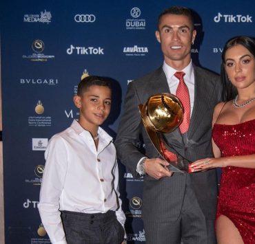 С невестой и сыном на красной дорожке: Криштиану Роналду стал лучшим футболистом XXI века