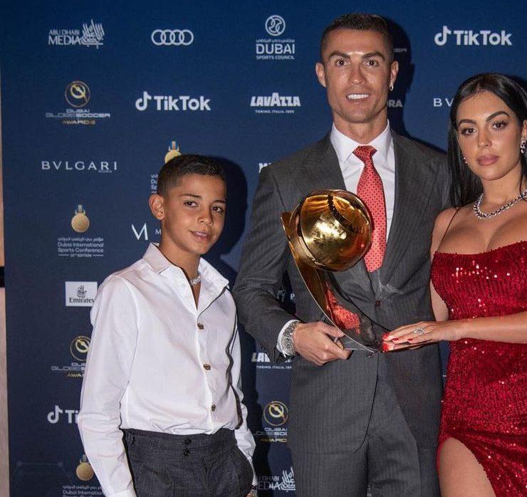 З нареченою та сином на червоній доріжці: Кріштіану Роналду став найкращим футболістом XXI століття
