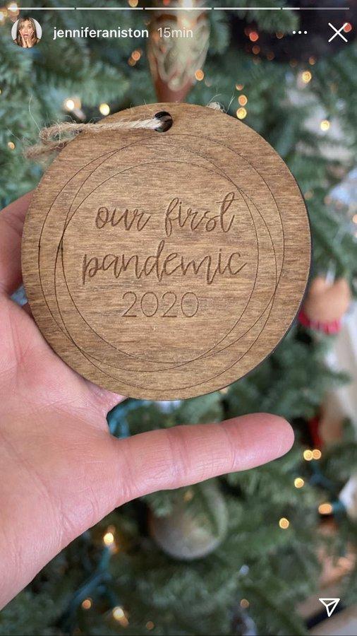 «Наша первая пандемия»: Дженнифер Энистон раскритиковали в сети из-за елочной игрушки