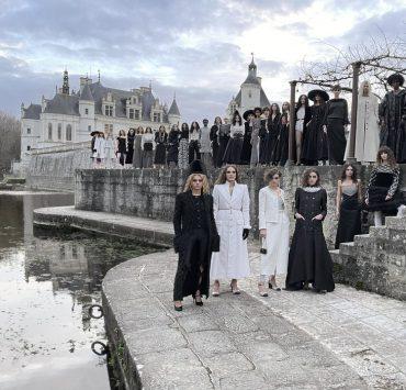 С единственным гостем: в долине Луары прошел показ Chanel Metiers D'Art 20/21