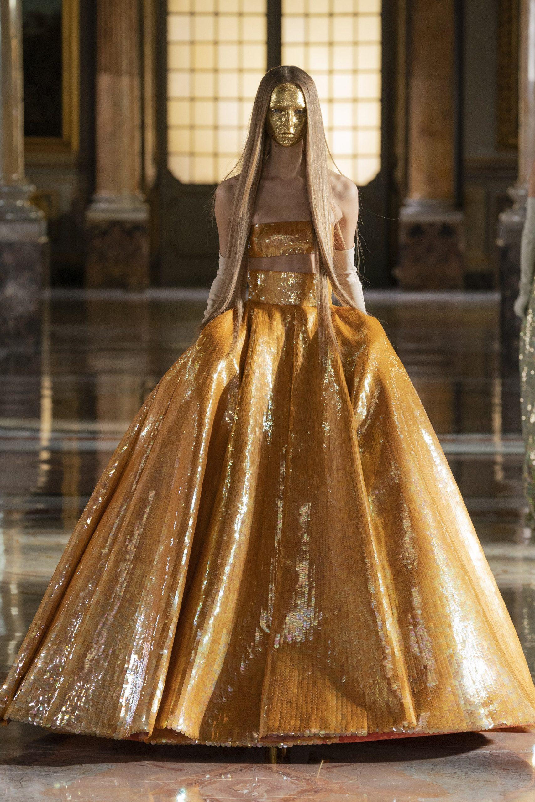 Маски из глиттера и много золота: Valentino презентовали кутюрную коллекцию SS'21