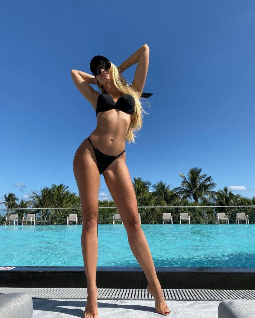 10 самых эффектных и мотивирующих фото Оли Поляковой в купальнике