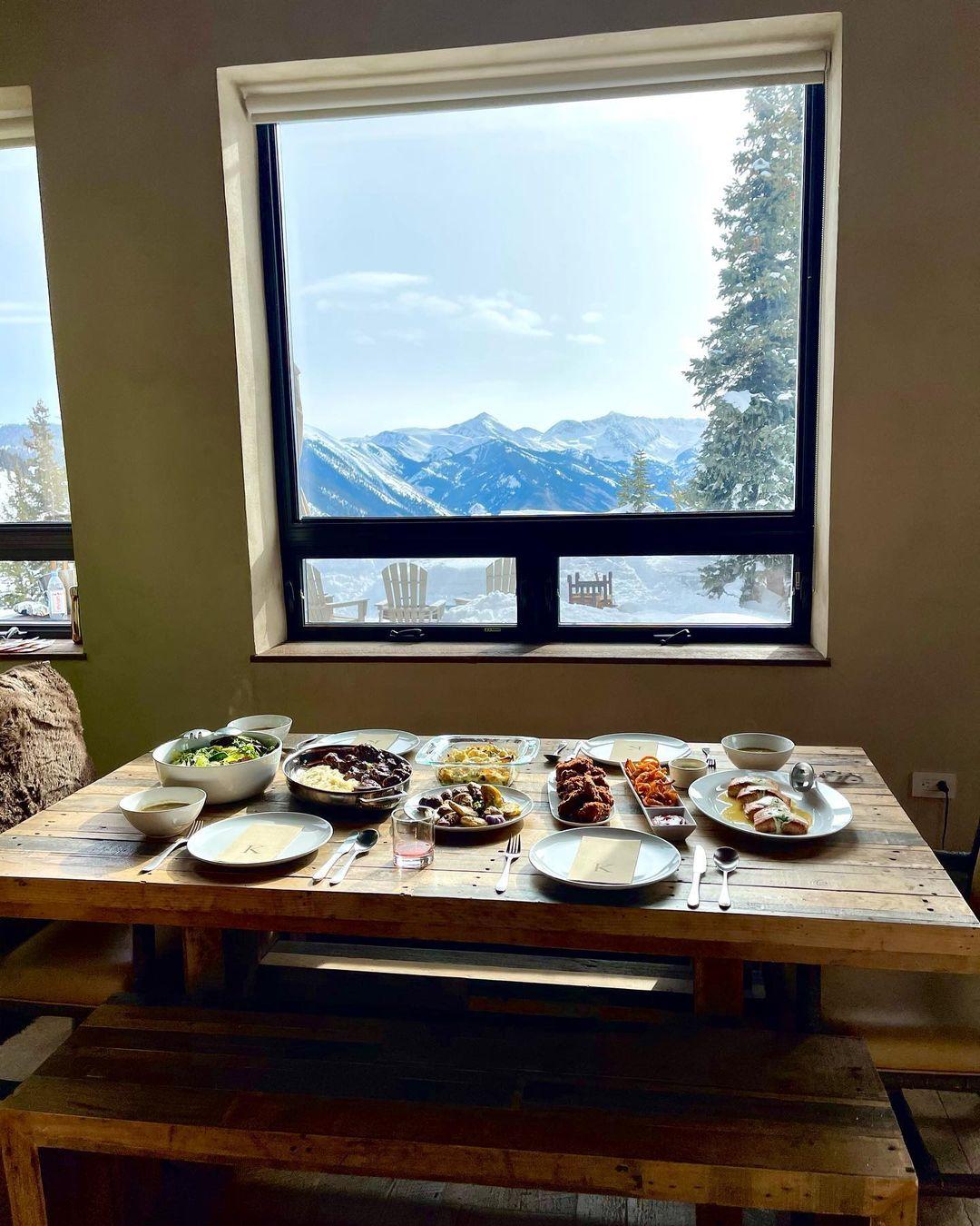 В заснеженных горах: Кайли и Кендалл Дженнер показали идеальный день в Аспене